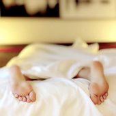 ベッドの上で素足だけをだしてる人